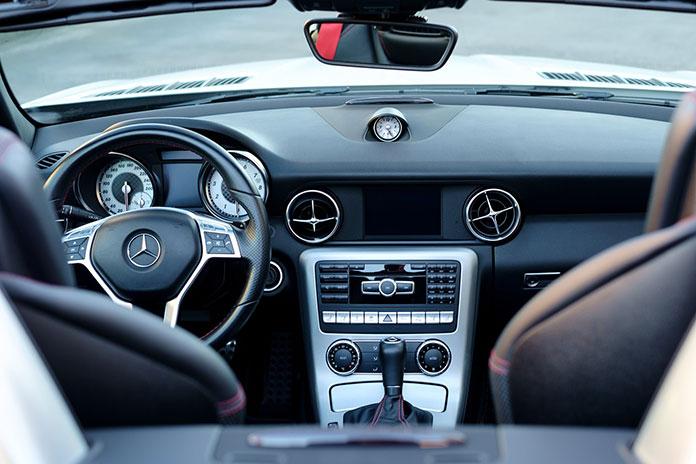 Funkcjonalność dużych odbiorników radiowych w samochodzie